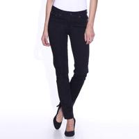 Mannequin avec un jean slim noir de la marque levi's