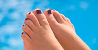 Ongles de pieds avec vernis foncé